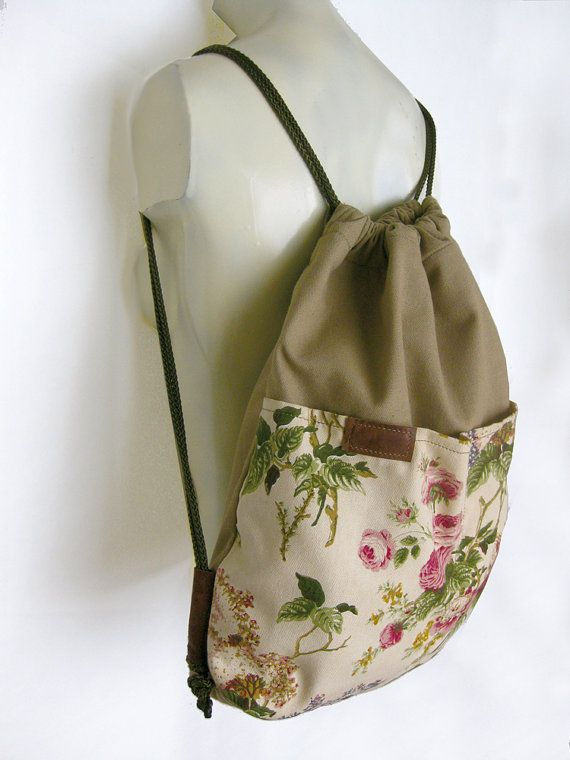 Bolso de lazo bolso, saco de RCA, RCA, mochila pequeña, bolso de lazo Floral, bolso playa, bolso del recorrido, bolso de escuela, bolso de fiesta, bolso de libro, verano, bolso de lona flores ............................................................................................ Lazo moda, diseñada único, color caqui de algodón y algodón floral impresión + dos, totalmente forrado, bolsillos en el frente (el material floral es el tamaño de los bolsillos). Totalmente forrado + 2…