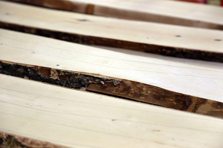 Työvaihe: Ruokatuolin jalkojen piirtäminen lankkuun | Craft: Drawing dining chair legs to timber Tuotantolinja: Pöydät | Production line: Dining  #pohjanmaan #pohjanmaankaluste  #craftsman #craftsmanship #handmadefurniture #furnituremaker #furnituredecor