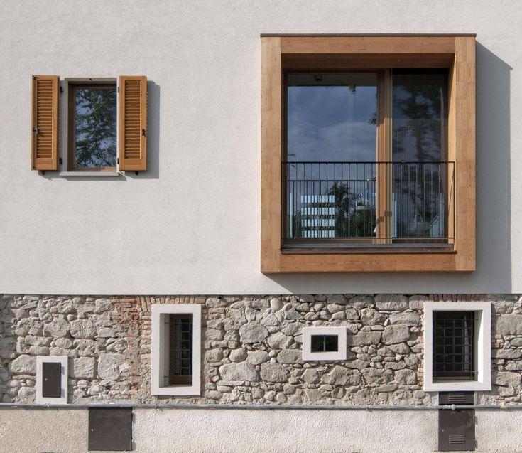 #Prospetto di un edificio realizzato con #patchwork di #intonaco, #legno, #vetro, #pietra e #mattoni.