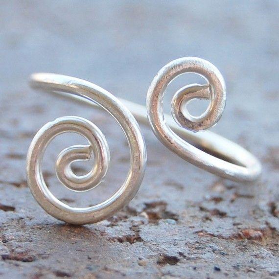 Questo anello di dimensione personalizzato sarà predisposti utilizzando 16 gauge sterling silver filo. Non dimenticate di includere la misura del tuo anello quando si ordinano:)   Si prega di consentire per lievi variazioni a causa della natura artigianale di mia jewelry.* * *