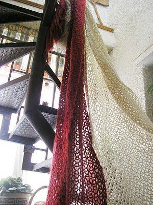 El ganchillo, en ocasiones llamado croché, o tejido de gancho, es una técnica para tejer con hilo o lana que utiliza una aguja corta de meta...