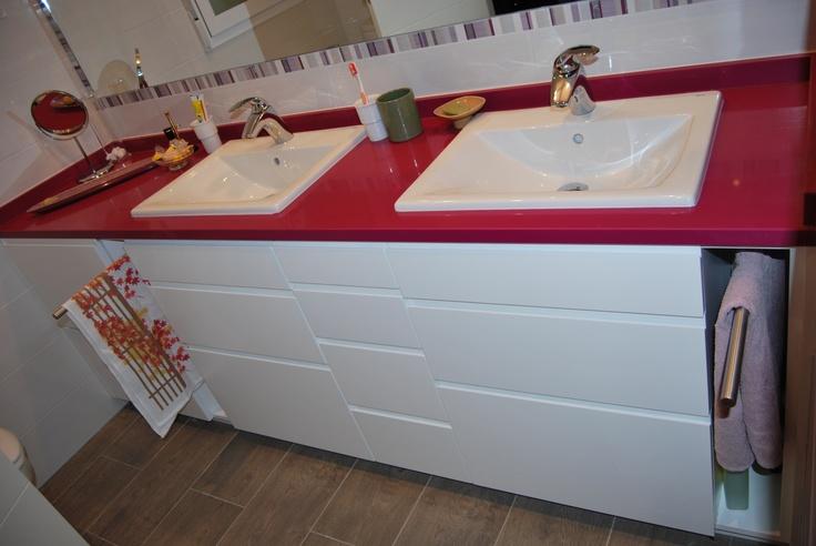 Mueble lacado con tirador de uñero y toallero extraible incorporado.  www.careba.es