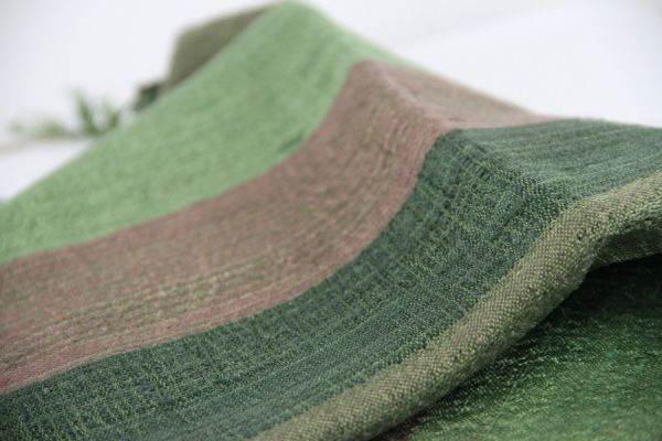 Délicat foulard en soie sauvage aux couleurs de saison, vert anis et marron en dégradé de couleur