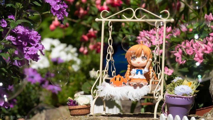 The sun is shining and I hope it is for you too! I've been rather busy but Mirai is enjoying her free time in the garden watching the soap bubbles sway in the air.