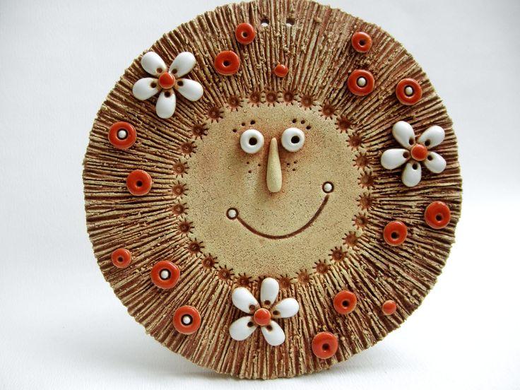 Sluníčko k zavěšení Ze šamotové hlíny, vhodné k celoroční venkovní dekoraci. Průměr 15 cm.
