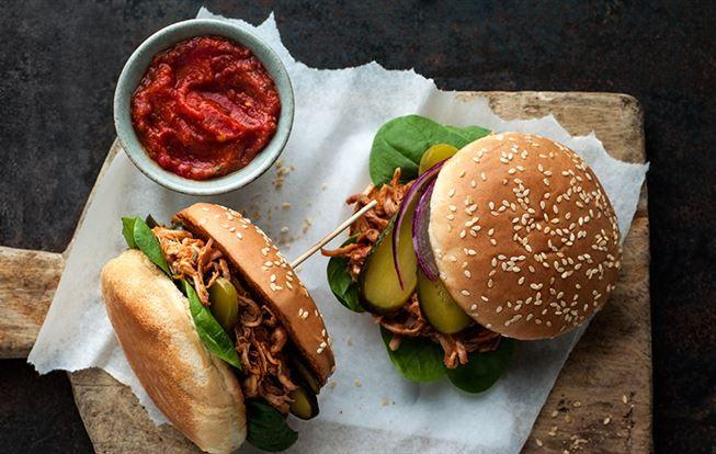 Trhané vepřové maso v hamburgerové housce
