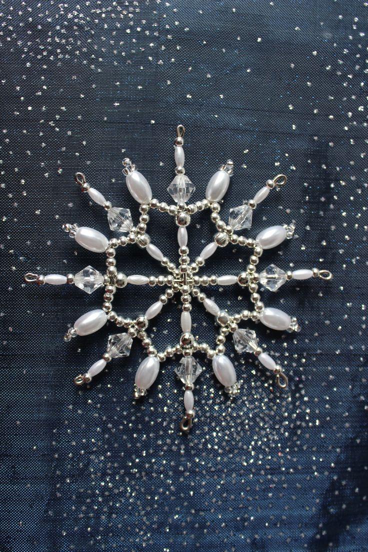 Vánoční+hvězda+-+č.221+Originální+osmicípá+vánoční+hvězdička+na+pevné+drátěné+konstrukci+o+průměru+cca+9,5cm+s+očky+na+zavěšení.+Vánoční+hvězdička+je+vyrobena+z+plastových,+kovových+a+skleněných+korálků,+broušených+korálků,+perliček+a+rokajlu.+K+dispozici+je+pouze+1+kus.+Symbolika+barev:+Stříbrná+barva+symbolizuje+hojnost,+romantiku,+naději+ale+také...