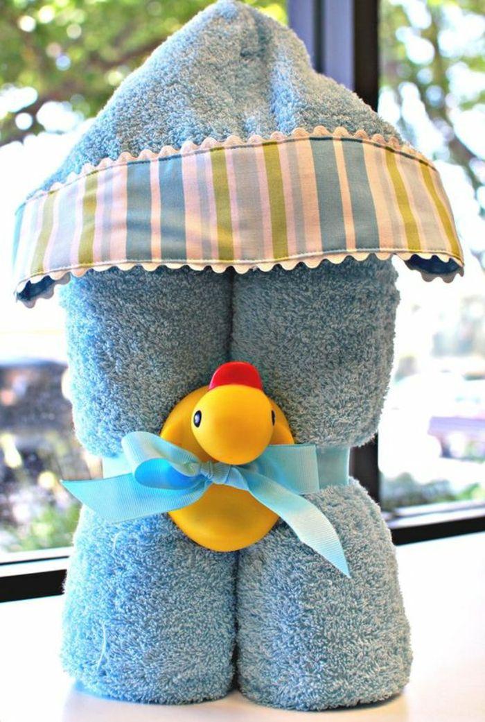 idée cadeau naissance peignoir bleu pour un garçon avec canard pour jouer dans le bain