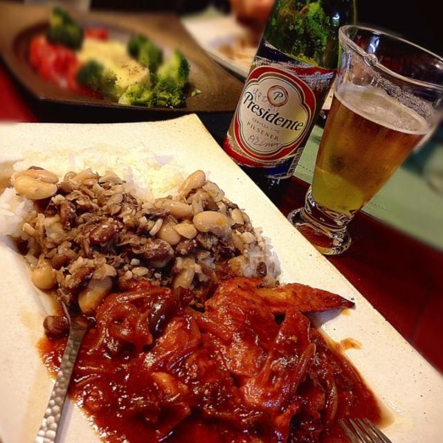メリーXmasはドミニカ料理で。 何の特別感も無いいつもの食卓… ただ、お土産のドミニカビールを美味しく飲みたかったから、以上♡  以前息子に、 'ママの料理で1番好きなの何?' と何気に聞いたら予想外にドミニカン煮豆と…びっくりしたぁ。 以上♪ - 157件のもぐもぐ - Dominican X'mas by romie