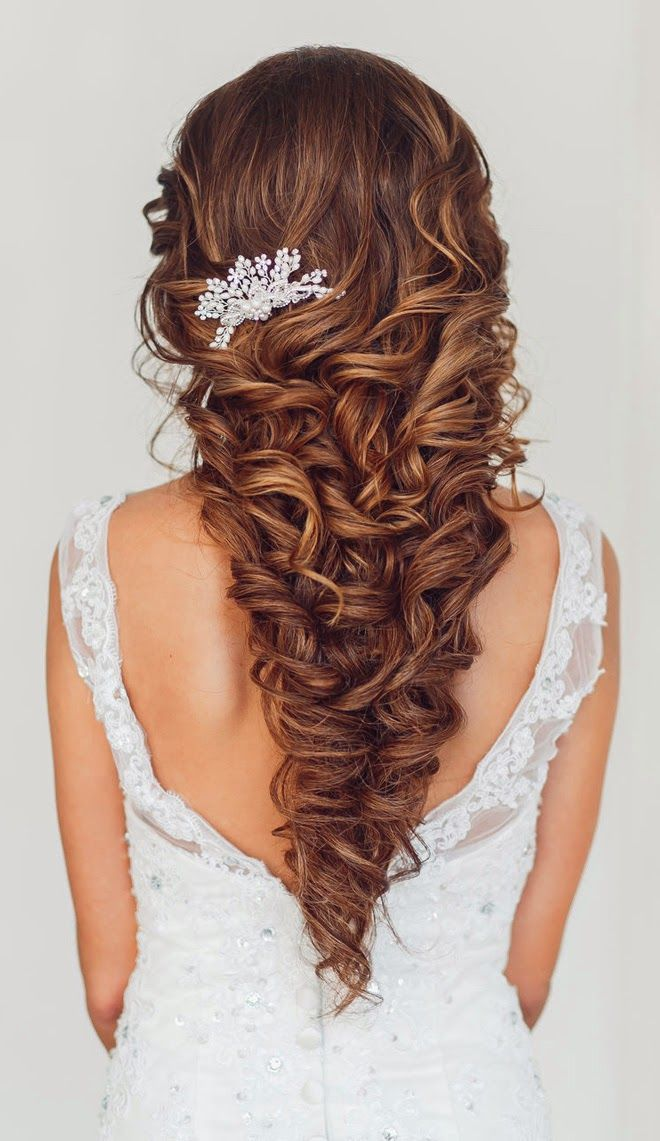 gorgeous wavy wedding hairstyles with little pearl hair comb