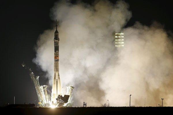 Seorang Astronot AS dan Dua Kosmonot Rusia Menuju Luar Angkasa : Seorang astronot Amerika Serikat dan dua kosmonot Rusia melesat dari Kosmodrom Baikonur Kazakhstan Rabu untuk mengarungi perjalanan dua hari menuju Stasiun Luar Angka