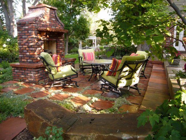terrasse steinplatten bodenbelag außenkamin ziegel bäume schatten