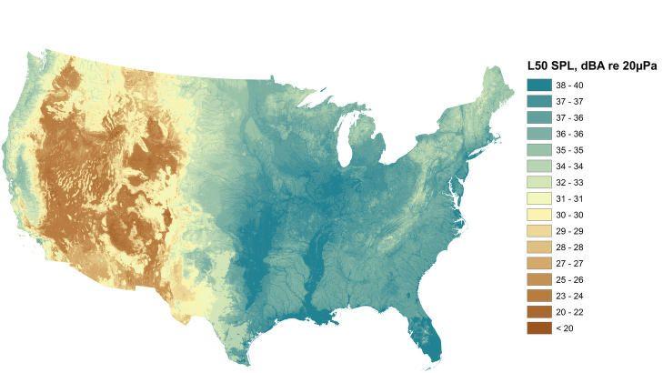 STØY UTEN MENNESKER: Forskerne har også spådd hvordan støyen ville vært en sommerdag i et alternativt parallelt univers, uten mennesker. Også her kan du se at det er mer rolig i vest enn det er i østlige deler av USA. En viktig årsaken er, ifølge Sciencenews, vann i elvedrag og bekker. Vann gir gode vekstvilkår for planter og trær som rasler med bladene i vinden. Planter og trær gir næring og ly for dyr som kommuniserer med lyder. Illustrasjon: NPS NATURAL SOUNDS AND NIGHT SKIES DIVISION