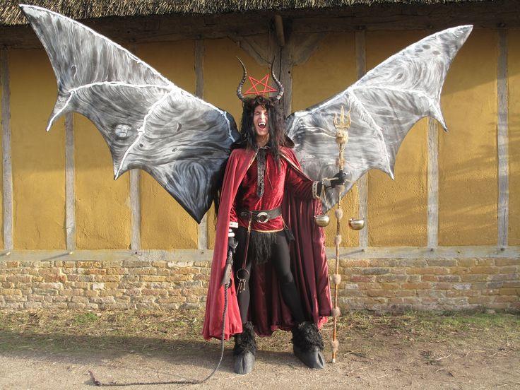 Geert Dekkers als duivel kostuum: Alex De Vliegere, Chris van Kuijk en Geert Dekkers