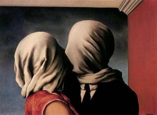 <연인>, Rene Magritte, , 1928.  이 연인은 분명이 키스를 하고 있고, 그렇게 느껴진다. 하지만 둘은 얼굴이 천으로 덮여있어 서로의 얼굴을  전혀 볼 수 없다. 뿐만 아니라 그들의 입도 천으로 덮혀 있는 것 같다. 사실 둘을 감싸고 있는 공기도 사랑과는 거리가 멀어 보인다. 하지만 오히려 둘은 서로를 너무 사랑하고 있기에 서로를 보지 않아도 교감하고 느낄 수 있는 것이 아닐까.  이 그림을 오래 바라보고 있으면 둘은 처형 당하기 직전의 천으로 얼굴을 가린 죄수이고 죽기 전 마지막으로 나누는 키스 처럼 보이기도 한다.