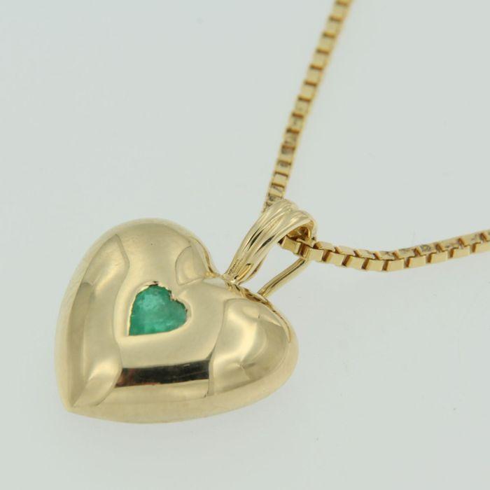 collier en or jaune avec pendentif serti d'une émeraude en forme de cœur