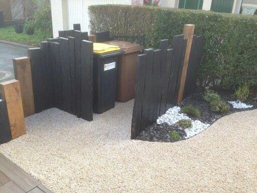 Dissimuler les poubelles dans son jardin! 20 idées pour vous inspirer... Dissimuler les poubelles dans son jardin. Les bidons des poubelles sont loin d'être déco dans le jardin! Mais il y a toujours un remède à tout... Nous avons sélectionné pour...