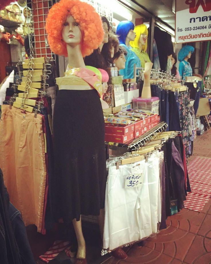 衣類とウィッグを売る店 かなり省略されたマネキン 目的は果たしているけどちょっと驚くわ . . . . . . #thailand #travel #trip #worldtraveler #odd #design #mannequin #タイ #旅 #マネキン