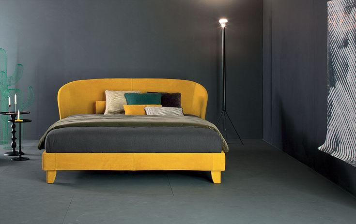 Carnaby è un letto matrimoniale imbottito dal design essenziale ma curato nei minimi dettagli.