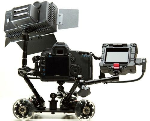 """Pico Dolly: è un pratico carrello venduto per appena 90$ ma questo accessorio consente di effettuare panoramiche con la massima fluidità, evitando il classico effetto """"tremolio"""" delle riprese eseguite a mano libera. Si tratta di un sistema molto semplice, la fotocamera o videocamera si monta sul supporto e il dolly è pronto per l'uso.  Il braccio è completamente regolabile, in modo tale da effettuare riprese da qualsiasi angolazione.  Il peso è di circa 700 grammi"""