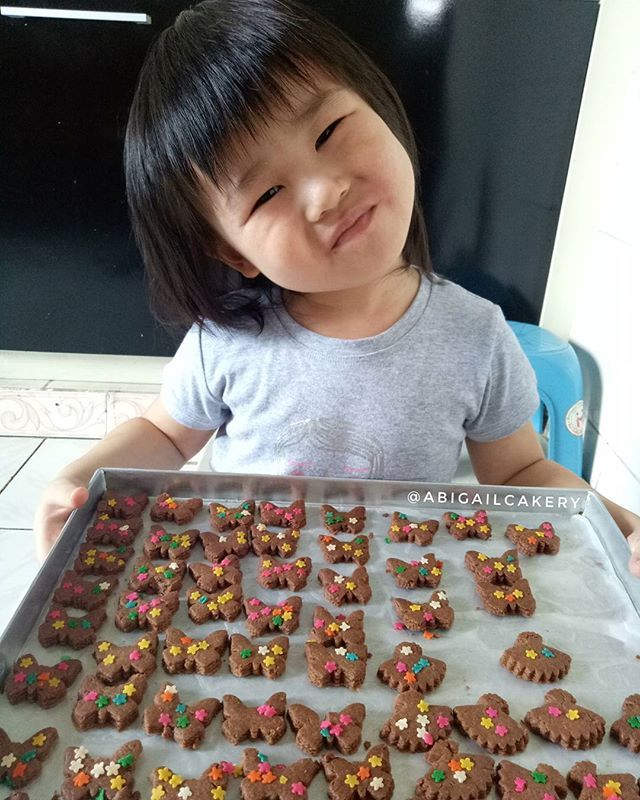 My baby's first project 😁😂 , and she feels so happy with the result. Walaupun dapur berantakan sedikit tak apa lah, 😂😂. Oh iya ini kukis tanpa telur, aman buat yang alergi an seperti anak saya ini, jadinya semacam sugar cookies, boleh dicoba nih buat ibu2 yg kewalahan cari cemilan buat anak2 nya yg alergi, nih saya share resep nya.  EGGLESS COOKIE  Bahan :  200 grtepung Terigu Protein Rendah 1/2 sdtgaram 1/4 sdtvanili  80 grgula halus 100 grminyak sayur 1sdt coklat bubuk 1sdt…