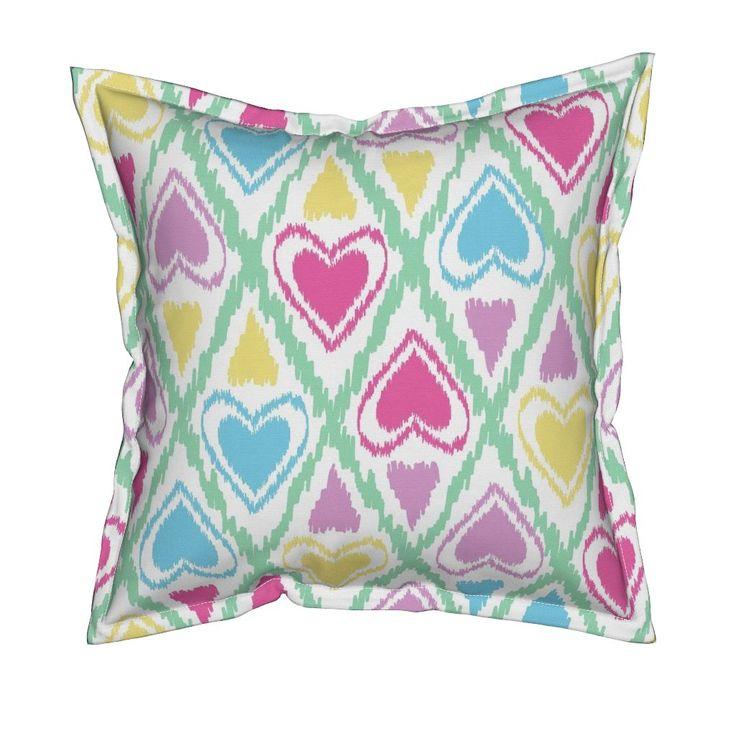 Serama бросить подушку с Икат племенной яркий бесшовный фон с сердечками. Отлично подходит для детей дизайн fuzzyfox | Roostery Home Decor