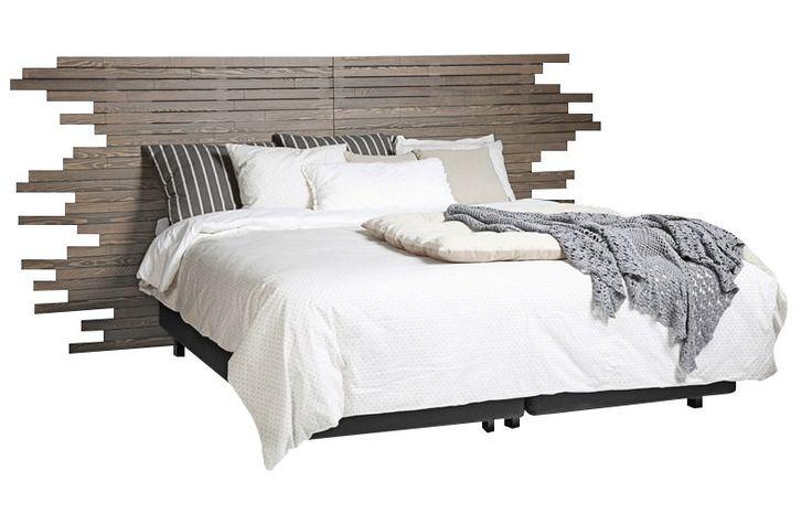 Split Sengegavl - Smuk sengegavl med et twist i stålbørstet massivt fyrretræ, som giver træet et råt og naturligt look. Med denne moderne sengegavl får du en super smart 4-i-1 løsning, hvor du nemt kan skifte looket på din seng. Sengegavlen monteres nemt på væggen, så der sikres god stabilitet.