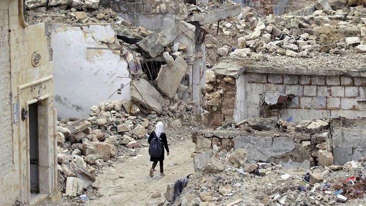 LE DUR CHEMIN DE L'ECOLE.Harnachée d'un énorme sac à dos, cette fillette chemine entre les ruines de la cité syrienne de Maarat al-Numan, en direction de son école. Elle fait partie de ces millions d'enfants pour qui aller en classe est un refuge, une chance, l'unique espoir d'avoir un jour une vie meilleure… même si les écoles syriennes sont souvent la cible de bombardements, car fréquemment choisies comme dépôts d'armes par des combattants qui n'hésitent pas à se protéger ainsi derrière…