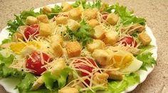 """Salata """"Caesar"""" este una dintre cele mai populare salate, fiind servită în diferite localuri din întreaga lume. Astăzi vă vom prezenta o rețetă adaptată, care este mai ușoară și mai gustoasă decât cea originală. Combinația de salată verde, crutoane, ouă, roșii cherry și piept de pui este foarte reușită. Salata este asezonată cu un sos …"""