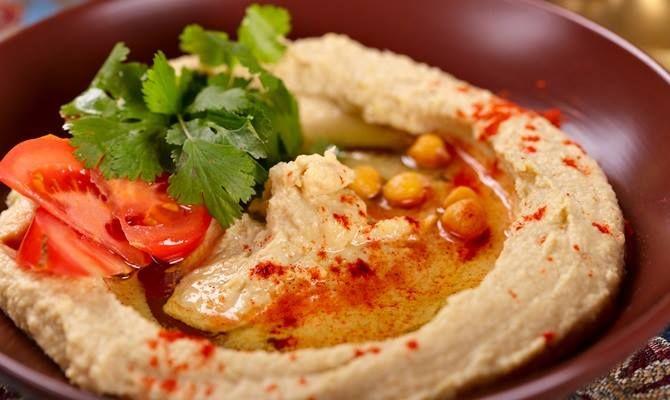 Quando visiterete #Gerusalemme, non mancate di provare un tipico piatto di hummus e falafel, saporito e gustoso. Potrete scegliere di gustarlo in un ristorante gourmand, in un bar nella Città Vecchia o take-away da una delle bancarelle di street food disseminate ovunque nella città. #oltreogniaspettativa