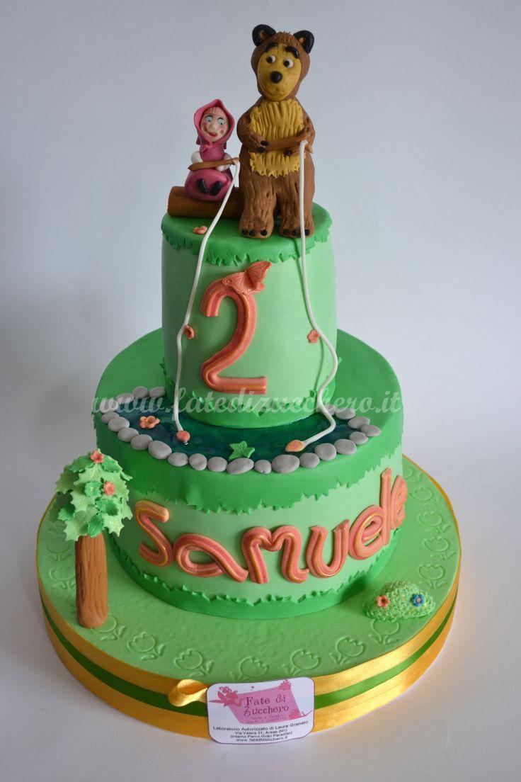 Torta Masha e Orso: con Masha e Orso che pescano nel laghetto di gelatina, interamente modellati a mano, senza stampi. Nome e numero personalizzati con profili oro