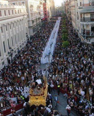 Sevilla, Spain durante La Semana Santa. Las estatuas y flotas representan las escenas de biblicos.
