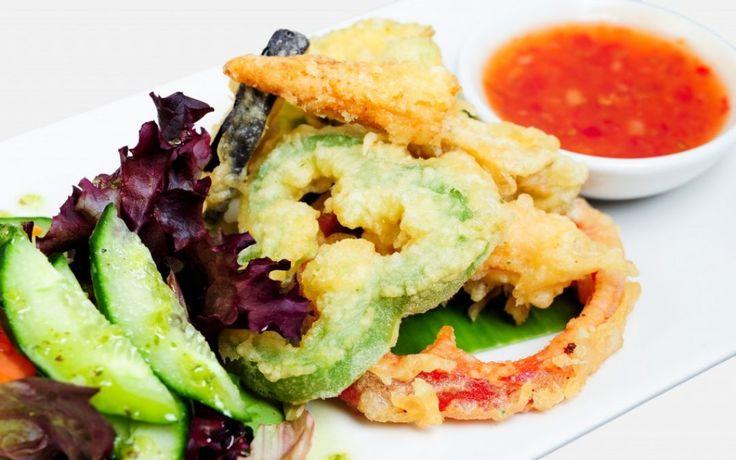 Groente tempura uit de oven. Een heerlijk borrelhapje en zeker wanneer je ze in de oven maakt in plaats van te frituren, kan je er behoorlijk schuldvrij van snoepen. YUM! Je kan ze maken met alle soorten groenten, precies zoals jij ze lekker vindt.