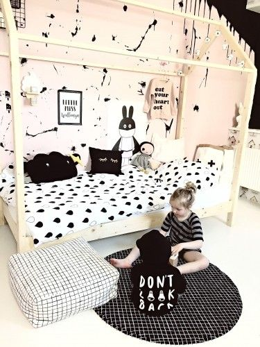 It's time for a play at our monochrome play mat. Yaaay! ;)