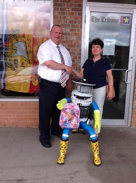 hitchBOT @hitchBOT     ·   Jul 30      Sharon dropped me off with Tim from the Campbellton Tribune yesterday. Thanks for everything Sharon & David!