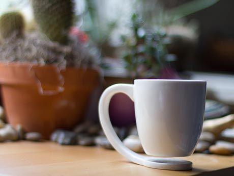 悬浮杯子主体完全悬空,不直接接触桌面,而杯把直接连接底部接触桌面,如此设计我们就不需要什么杯垫了,也不会伤害到家具,而这造型也足够吸引你的眼球。:
