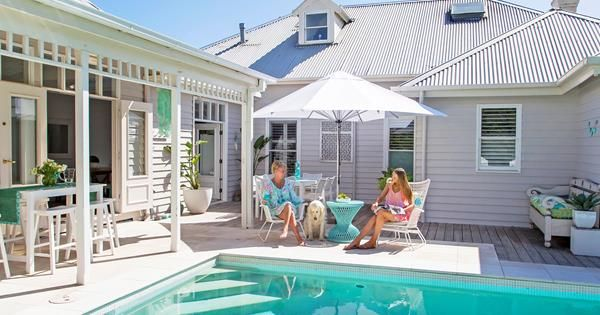 An old weatherboard guesthouse has been transformed into a contemporary Hamptons-style cottage that enjoys a summertime feel year round. Take a tour.