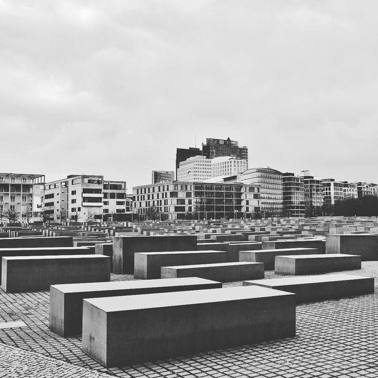 """""""E forse alla fine, la memoria si trasformerà in una grande sala con gli orologi fermi sulle distinte ore in cui siamo stati felici."""" (Juan Varo)  Berlin Holocaust Memorial"""