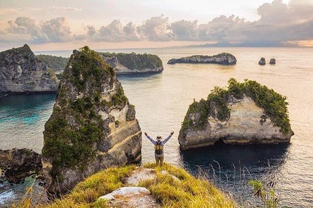 Heres another beautiful #awesomeplaceinbali. This unexpected shots taken by #baliislandphotog @andhikabayu taken at Atuh Cliff Pointnusa Penida   ------------------------------------ #bali #baliisland #explorebali #jelajahbali #awesomeplace #awesomeplaces
