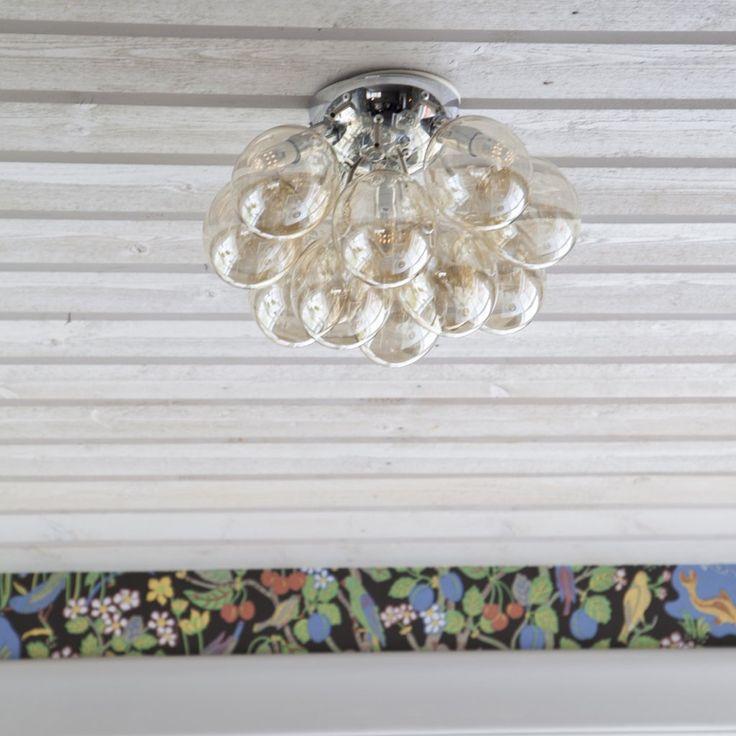 Den populära serien Gross kompletteras nu med en plafond. Kromat fäste som omges av vacka glaskulor, ljuskällorna döljs på ett dekorativt sätt mellan glaskulorna. Ljuskällor ingår ej.