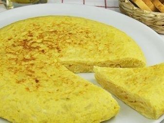 La tortilla de papas se hace con dos ingredientes base: huevo y papas, más el aceite para freír. Si queremos podemos añadir cebolla, pero ese es ot... - AdolfoFinochiett