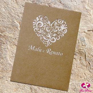 Convite de casamento com envelope Kraft e personalização em corte a laser. Convite estilo rústico e clean. www.rosapittanga.com.br