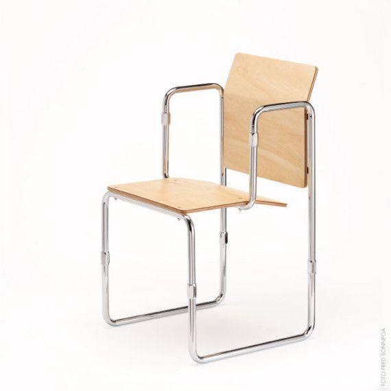 Titel: Hopmi stoel Maker: Gerrit Rietveld / Architect Victor Veldhuijzen van Zanten met toestemming van de erven Rietveld Afmeting: 45 cm breed, 85 cm hoog (zithoogte 45 cm) en 45 cm diep, verpakt in een doos van 50 x 55 x 8 cm Te koop op www.shop.studiozuidwest9.nl