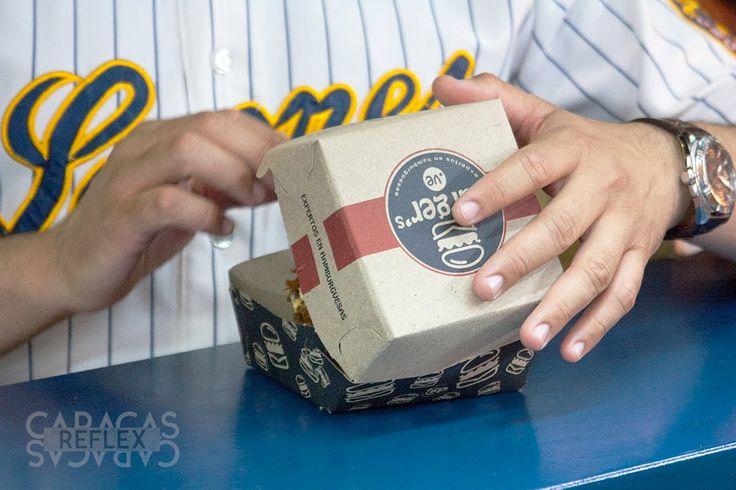 Que el fanático que se lleve su hamburguesa a su asiento no tiene precio. Sesión de fotografía en el estadio para contenidos de redes sociales de @burgersve