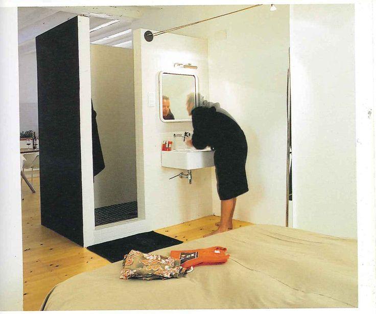Een badkamer met douche als doos. Om de slaapkamer af te scheiden van de woonruimte en toch continuïteit te houden, wordt de badkamer tussen de woonruimte en slaapruimte geplaatst.