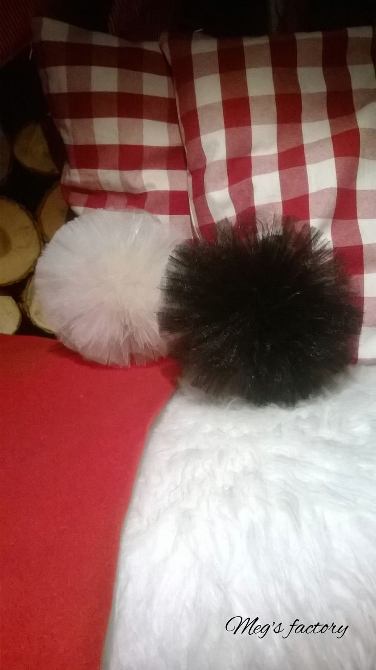 pompony czarny i biały