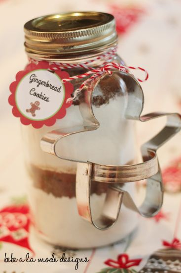 Super cute Gingerbread Cookie in a Jar gift idea - this is easy and perfect for the holidays!