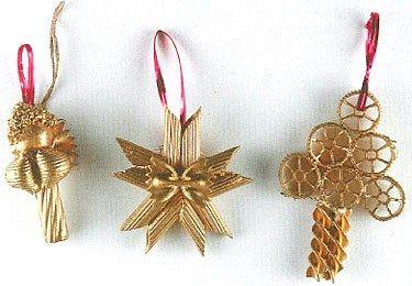Avete voglia di decorare il vostro albero di Natale in modo nuovo ed originale? Provate ad addobbarlo con la pasta! Sembrerà bizzarra come idea, ma la pasta può essere utilizzata in moltissimi modi diversi oltre che per realizzare ottimi primi piatti.