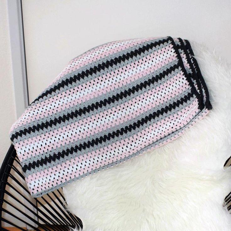 """24 Synes godt om, 1 kommentarer – Jane Hvid Frosch (@jane_frosch) på Instagram: """"Så blev jeg færdig med mit tæppe i granny stripe 150x200 cm. 😃🌻🌞 #hæklettæppe #hæklet #hæklehygge…"""""""