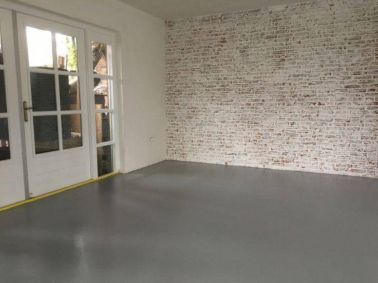 Benadruk de natuurlijke materialen zoals de muren, woonbeton en creëer de warmte met bijvoorbeeld hout, mooi stoffen en kleur.